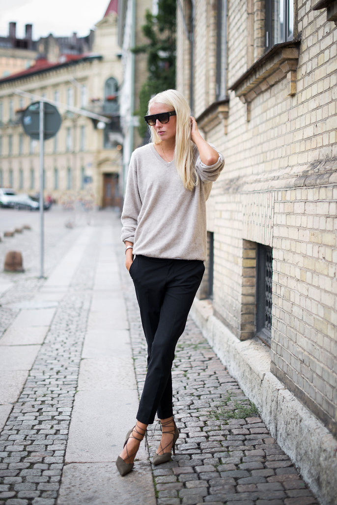 Ellen Claesson is wearing a light grey cashmere V-neck jumper from Davida, grey lace up shoes and black trousers from Zara