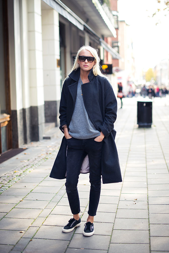 Autumn Outfits: Ellen Claesson is wearing a grey knitwear from Weekday, dark grey coat from H&M, black jeans from Gina Tricot, black and white sneakers from Superga and sunglasses from Céline