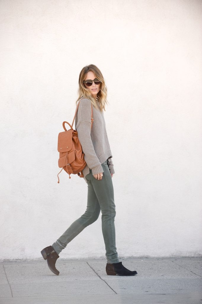 Anine Bing is wearing a sand coloured knitted sweater from Anine Bing