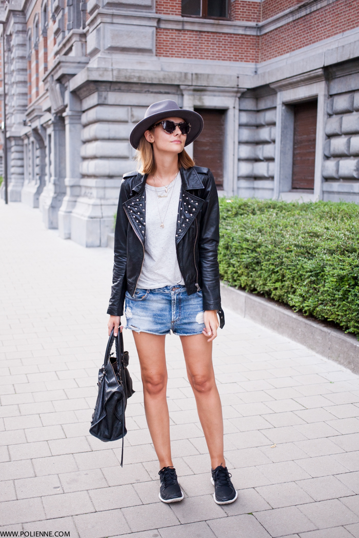 Paulien Riemis is wearing a leather jacket from Vila, T-shirt and hat from H&M, denim shorts from Zara, bag from Balenciaga and sneakers from Nike