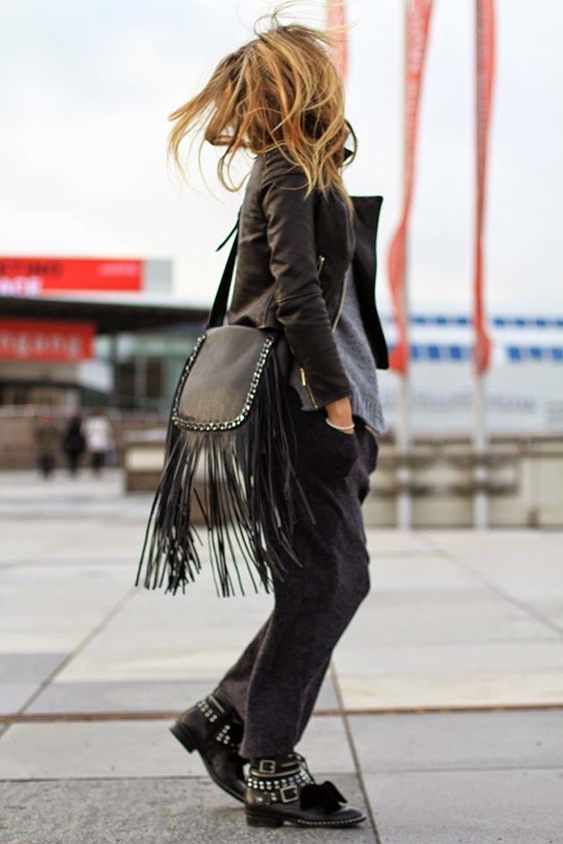 Fringe Trend: Magdalena Knitter is wearing a Messenger leather fringe bag from Zara