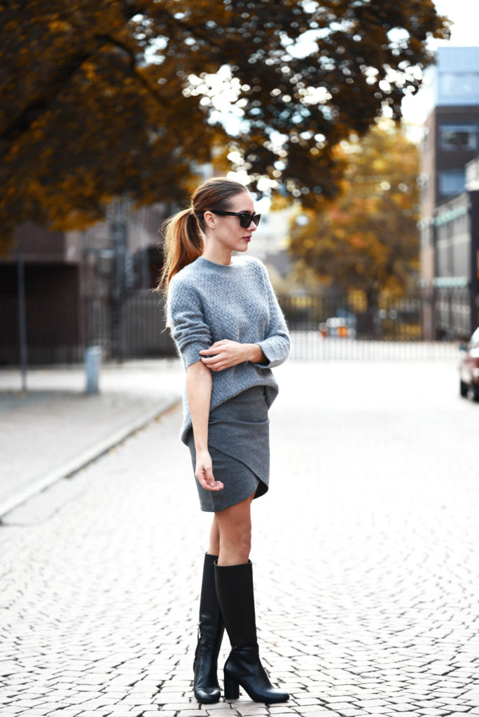 Sanna Tranlov is wearing a grey knit sweater and boots from Zara and the Skirt from Gina Tricot