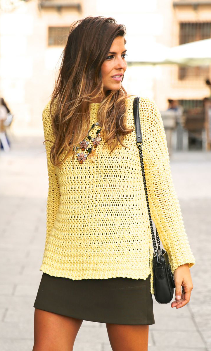 Natalia Cabezas is wearing a yellow sweater and khaki skirt both from Zara and the bag is from Rebecca Minkoff
