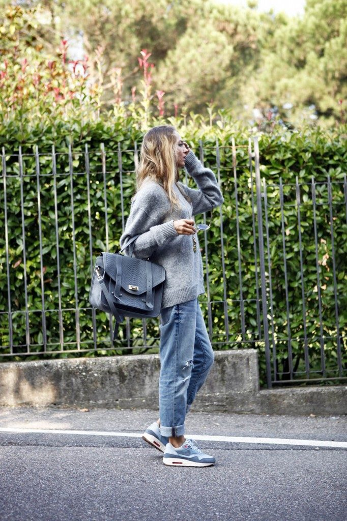 Virginia Varinelli is wearing a sweater from Prada, Jeans from Gap, shoes from Nike and the bag is from Gigi New York
