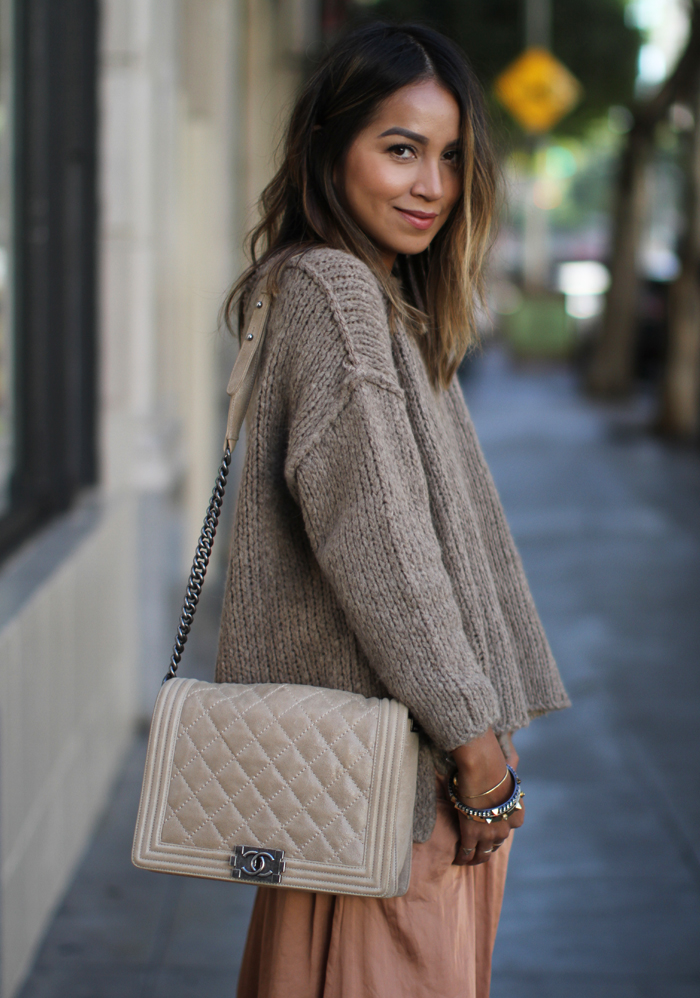 Knitwear Trend 2015: Julie Sarinana is wearing a khaki knit top from Zara