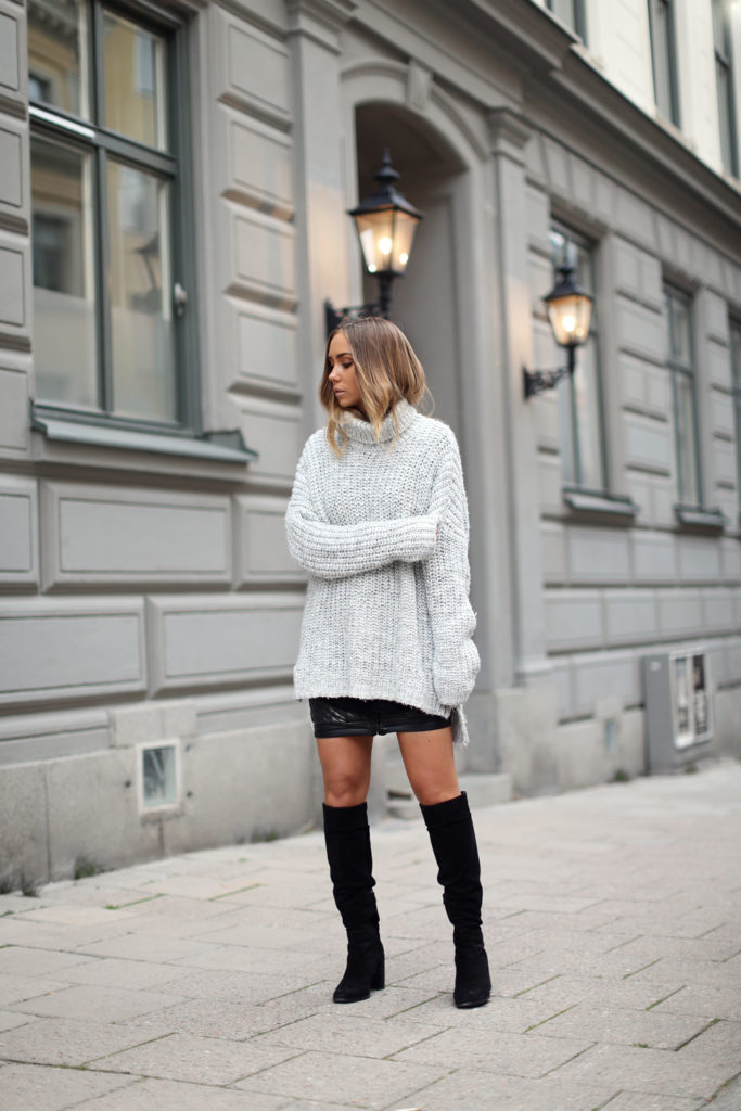 Lisa Olsson is wearing an oversized rollneck in grey from Zara