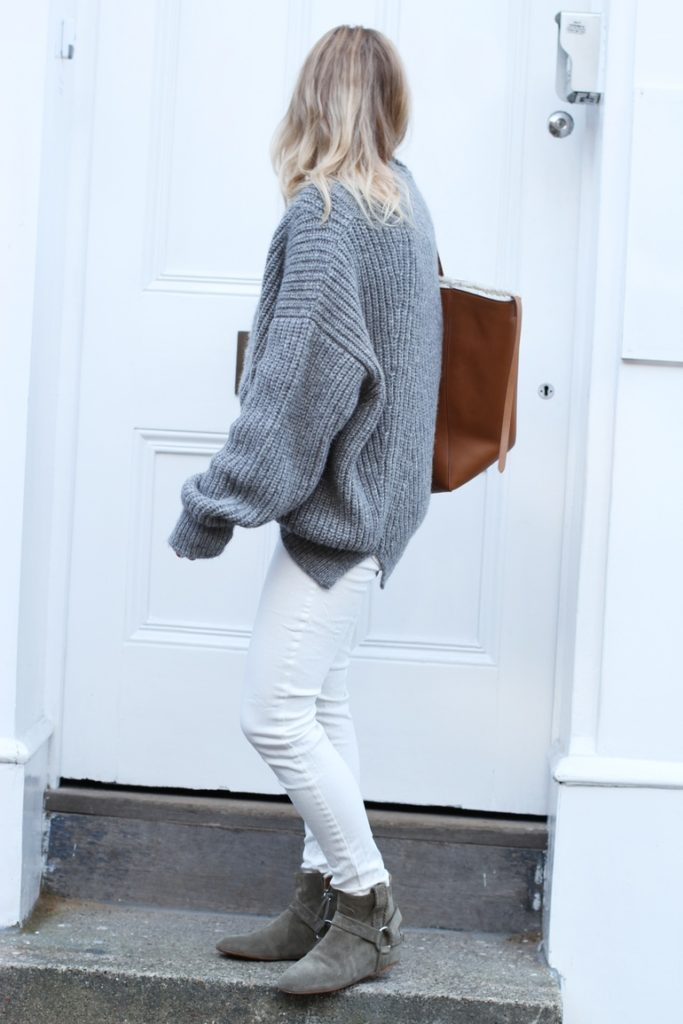 Mirjam Flatau is wearing an oversized grey knit sweater from Closed