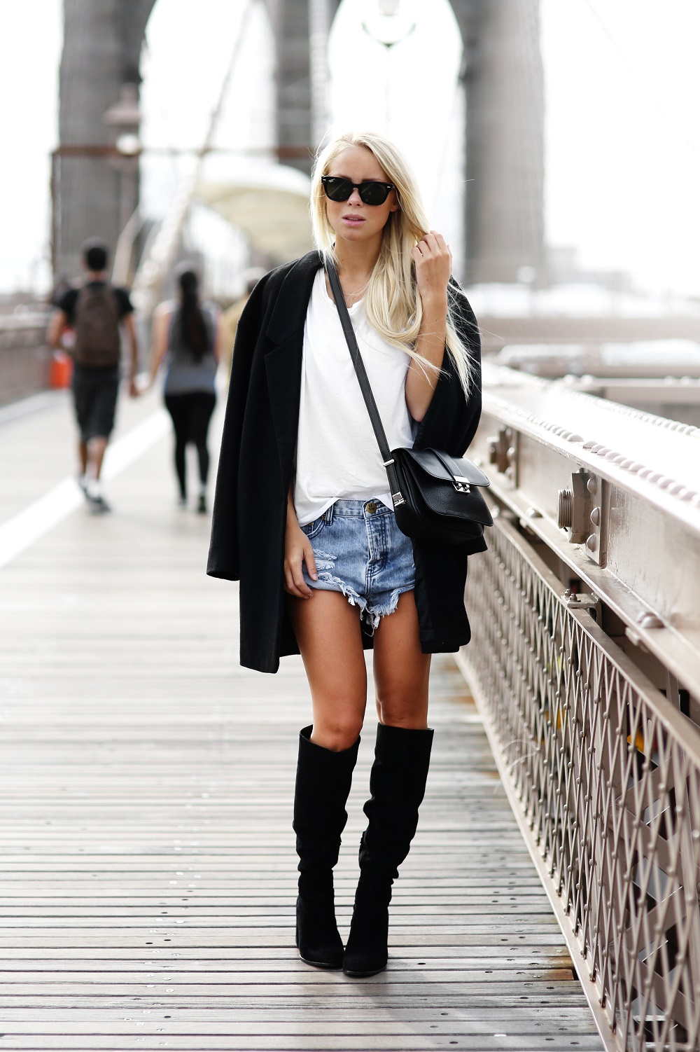 Victoria Tornegren is wearing shoes from Zara, shorts from One Teaspoon, coat from Cubus, T-shirt from Gina Tricot, bag from Mango and sunglasses from Ray Ban