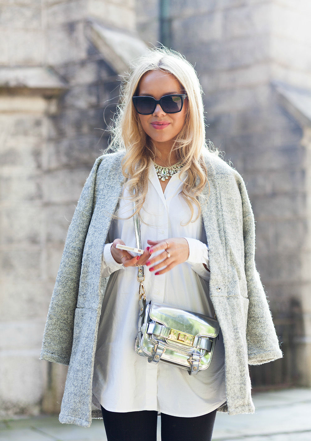 Cathrine Heienberg is wearing a coat from Modström, shirt dress from BikBok and a bag from Zara