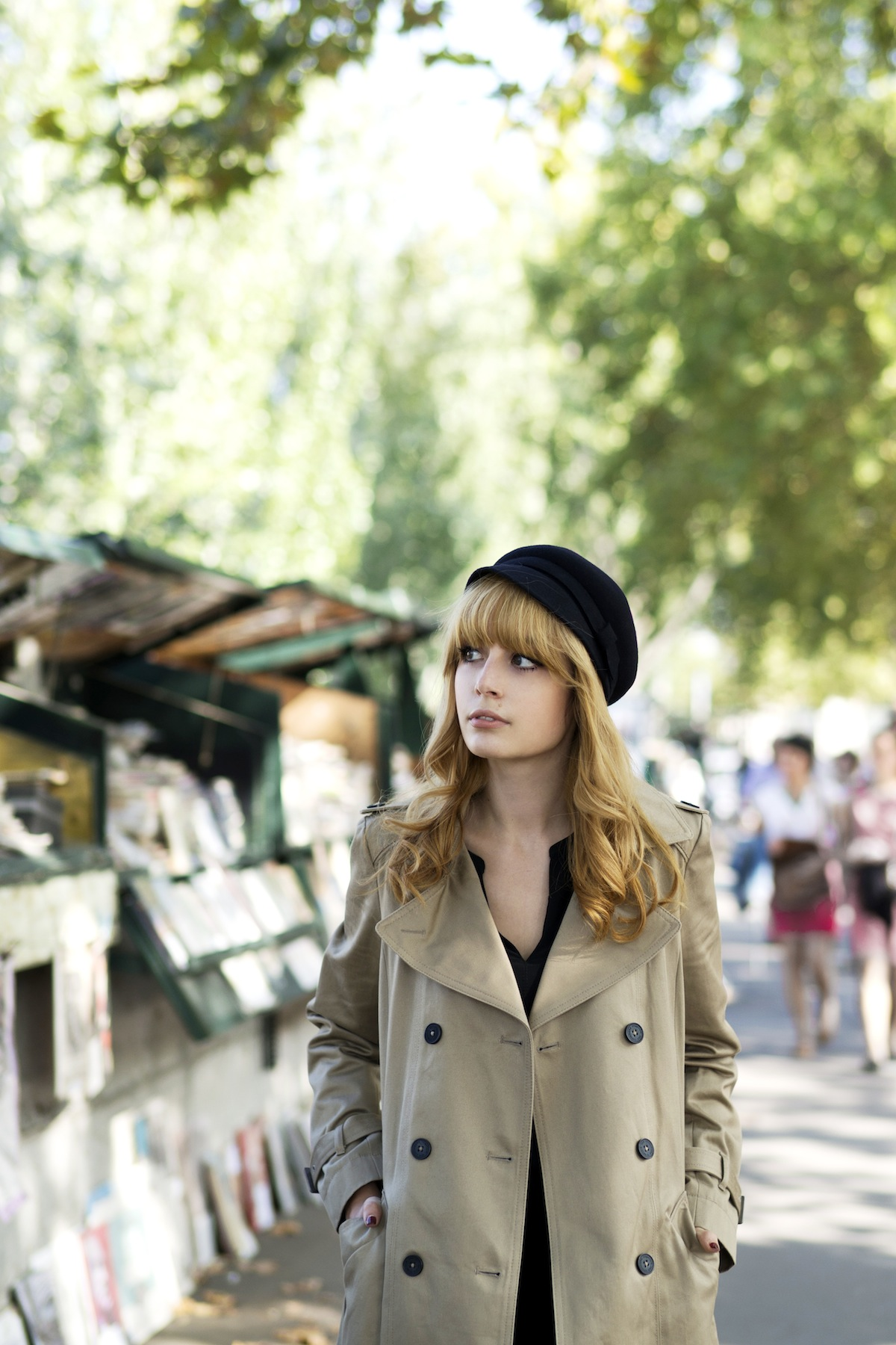 Louise Ebel is wearing a trenchcoat from Comptoir des Cotonniers and vintage beret