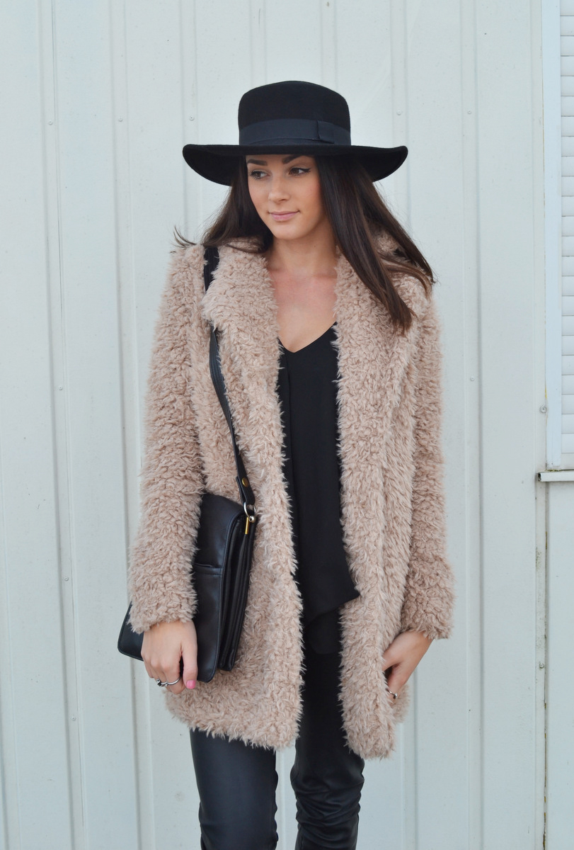 Mary Josephine is wearing a teddy coat, black blouse, hat from H&M, vintage bag and the bag is from River Island