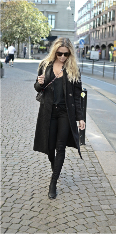 Tina Maria is wearing a coat from Birgitte Herskind, top from American Vintage, jeans from NLY, boots from Billi Bi, bag from Leowulff and sunglases from Paul Frank