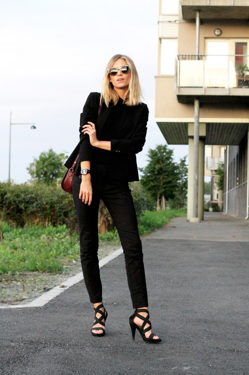 Tine Andrea is wearing all black, trousers and top from Zara, shoes from Bruno Premi, bag from Mulberry and a blazer from H&M