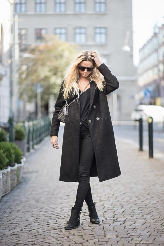 Tina Maria is wearing a coat from Birgitte Herskind, top from American Vintage, jeans from NLY Trend, boots from Billi Bi and a bag from Leowulff