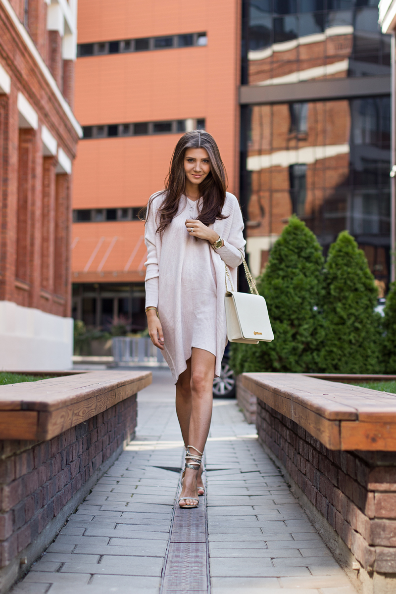 Larisa Costea is wearing a pale pink sweater dress from Front Row, shoes from Jessica Buurman and a beige bag from Kurtmann