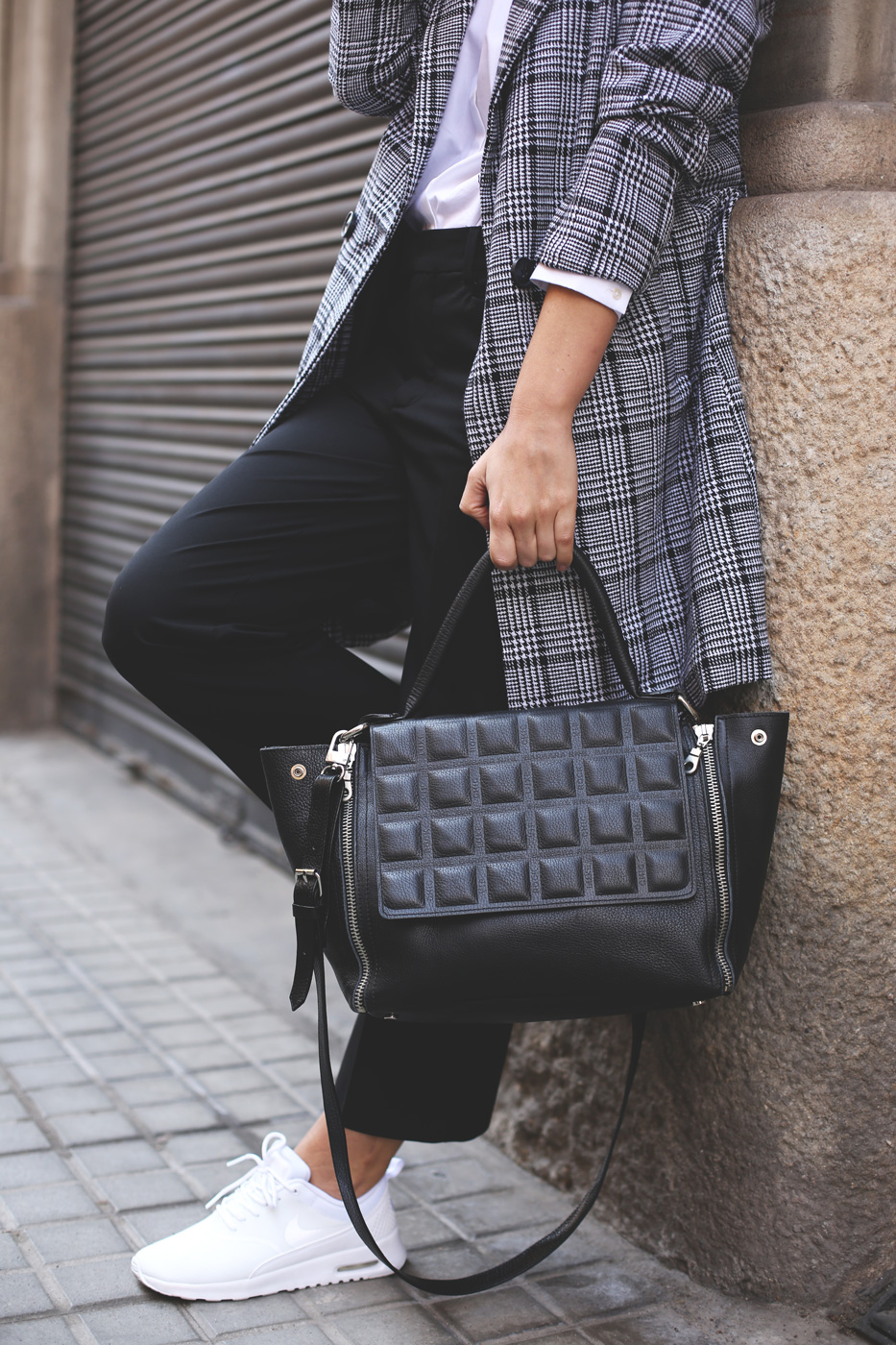 Priscila Betancort is wearing a Romwe plaid coat