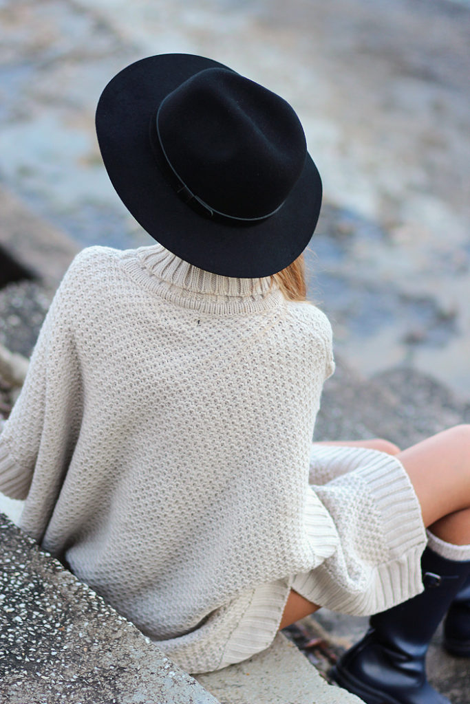 Sirma Markova is wearing a black hat in felt wool with a band from H&M
