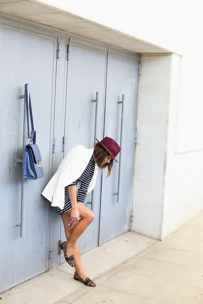 Jessie Chanes shows us how a burgundy hat is worn for autumn. It is from Parfois
