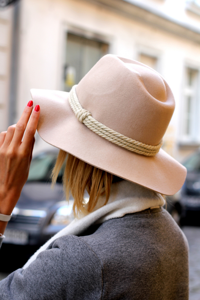 Paula Jagodzińska is wearing a beige romantic folk hat from Parfois