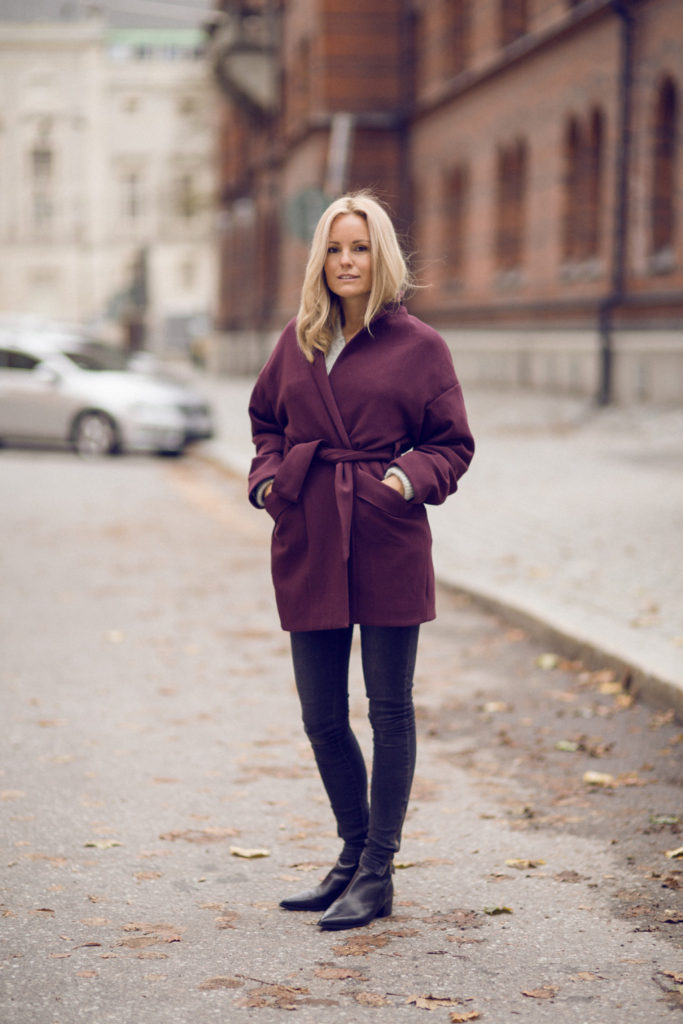 Sofi Fahrman is wearing a burgundy robe coat from H&M