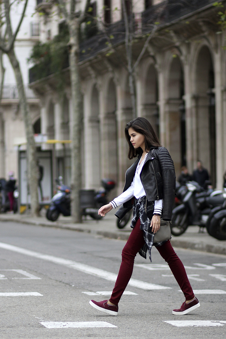 Burgundy Fashion Trend: Adriana Gastélum is wearing burgundy jeans from Zara and the matching slip-ons are from Bata