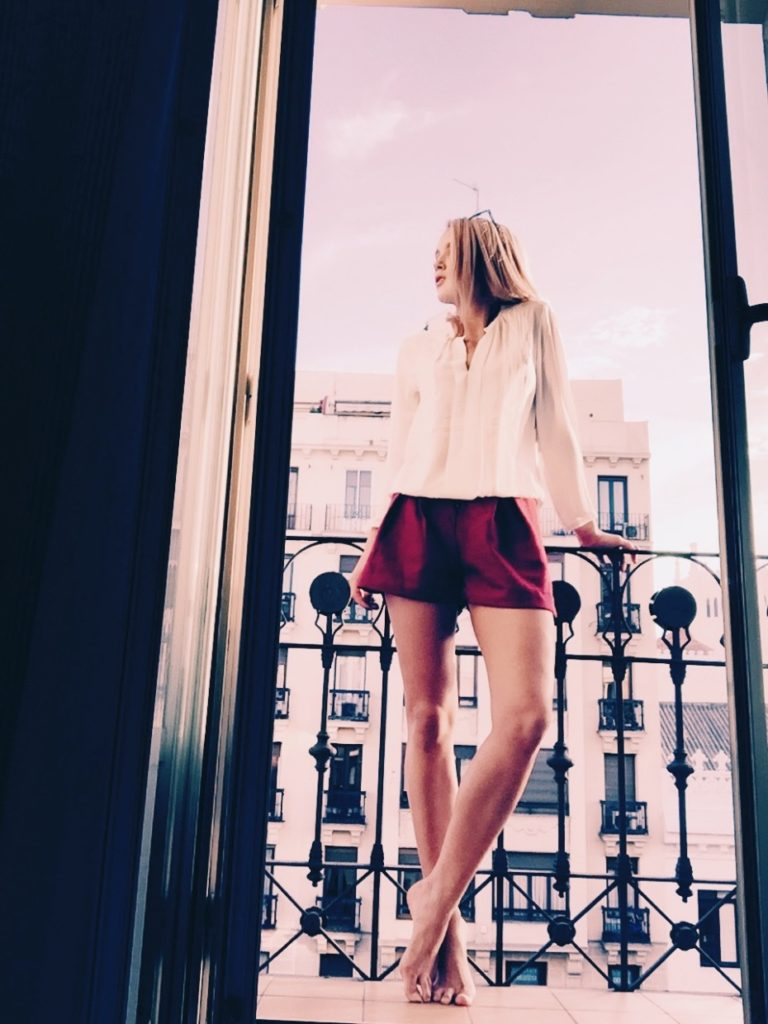 Petra Karlsson is wearing a pair of burgundy shorts from Sheinside