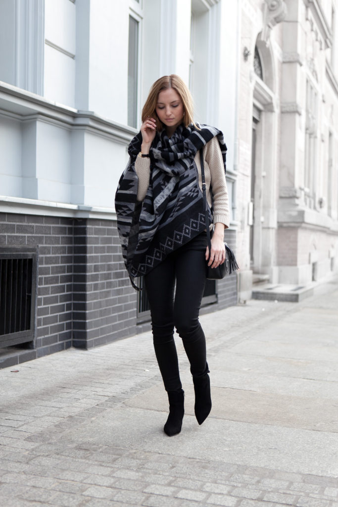 Cape Fashion Trend: Jess A. is wearing a black, grey and off white cape from Even & Odd