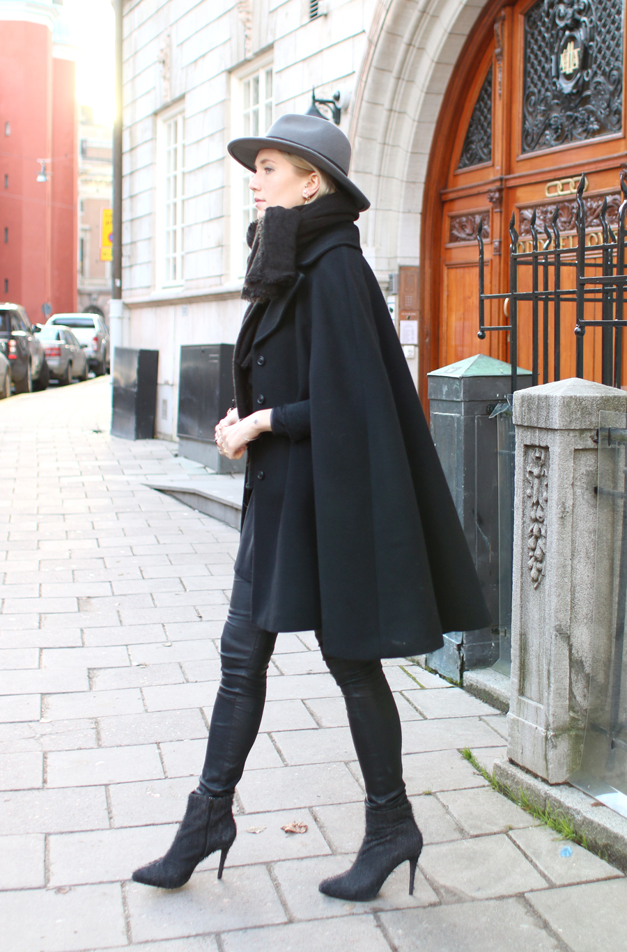 Cape Winter Trend: Josefin Dahlberg is wearing a black cape from Hunkydory