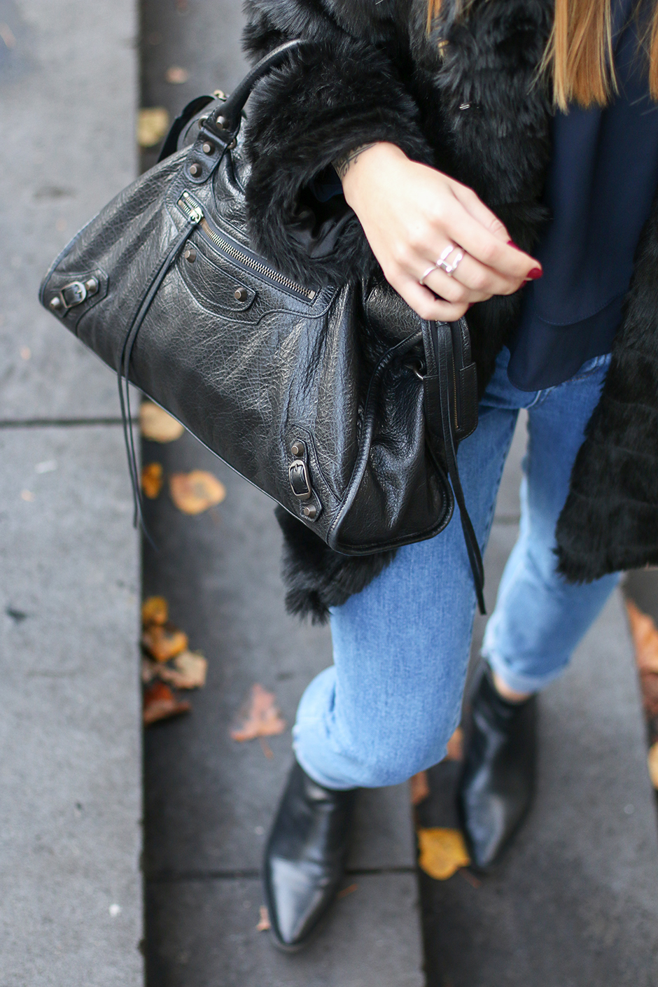 Fluffy Winter: Magdalena Ilic is wearing a black fluffy coat from New Yorker and of course the bag is from Balenciaga