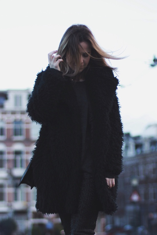 Rosanna van Billie-Rose is wearing a black fluffy coat from Supertrash