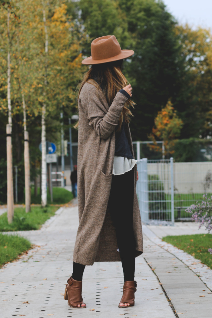 Consuelo Paloma wears a cute knitted cardigan with a trendy hat and a pair of open toe leather shoes. Hat: Forever21, Cardigan/Top: Vero Moda.