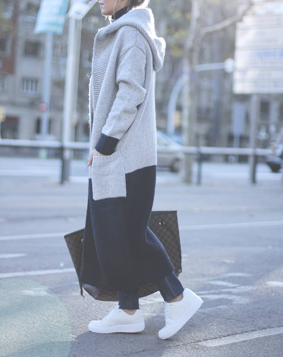 The long cardigan trend is perfect for the upcoming winter season. Mónica Sors wears this stylish block coloured cardi with jeans and funky white sneakers. Outfit: Oxygene, Shoes: Just Fab.