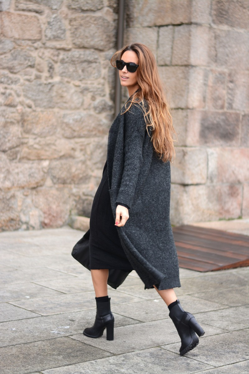 Long Cardigan Outfit: Stella Wants To Die is wearing a dark grey long cardigan from Zara