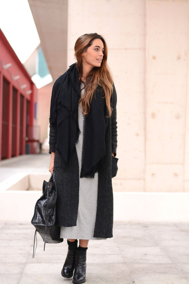 How To Wear A Long Cardigan: Stella Wants To Die is wearing a dark grey long cardigan from Zara
