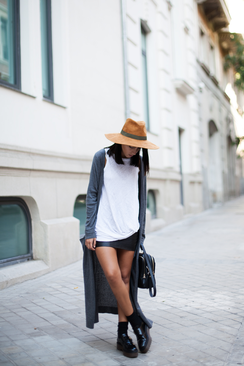 Long Cardigan Trend: Lucita Yañez in her long grey cardogan from Pull & Bear