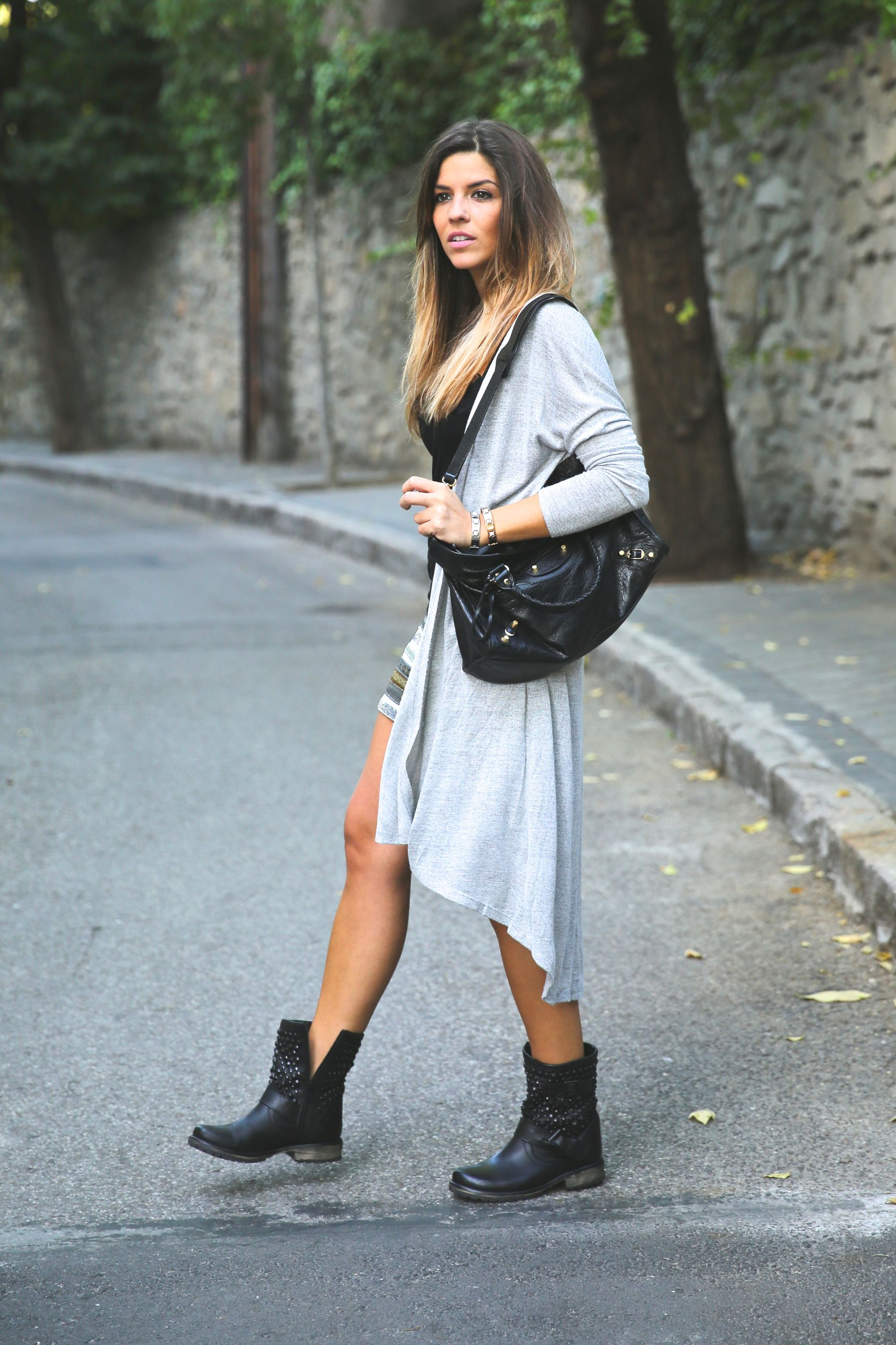 Natalia Cabezas is wearing a pale grey long cardigan from Fashion Pills
