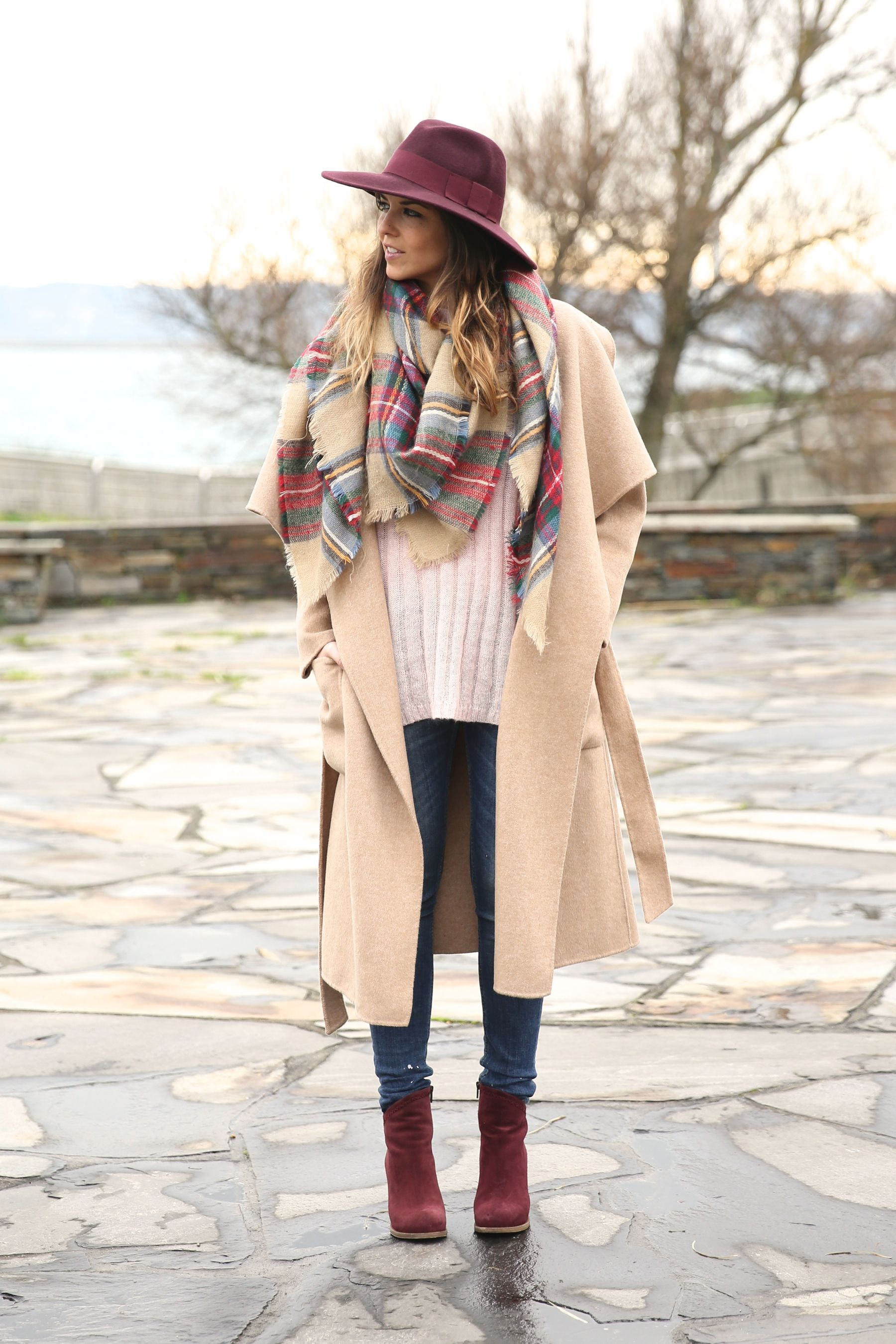 Oversized Coat Trend: Natalia Cabezas is wearing an oversized beige coat from Zara