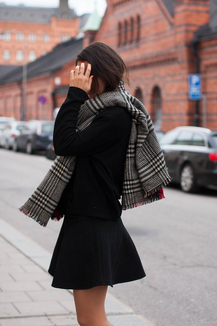 Plaid Fashion Fall 2014: Damla Yaraman wearing her black and white plaid scarf