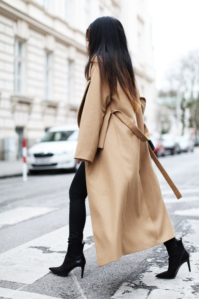 Robe Coat Trend: Laura Dittrich is wearing a an oversized camel coat