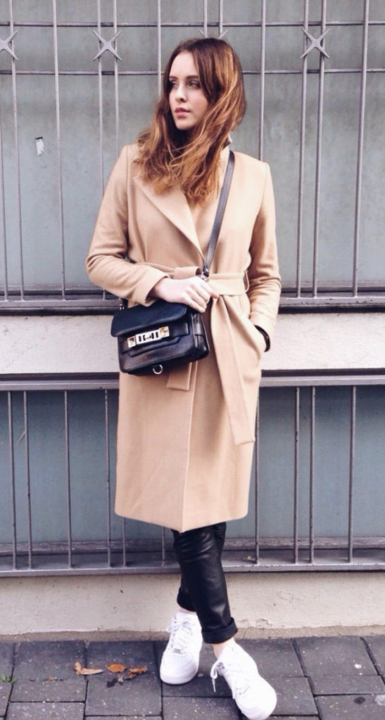 Roos-Anne van Dorsten is wearing a camel belt coat from Baukjen