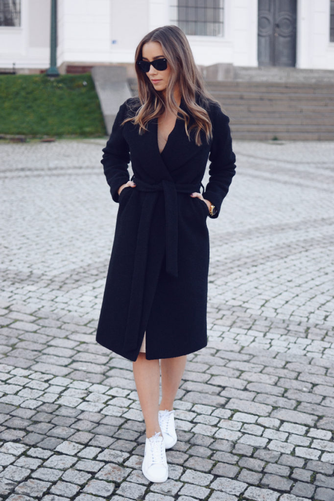 Emilie Tommerberg rocks the robe coat trend in this gorgeous black number from Lexington.   Coat: Lexington, Shades: Ray Ban.