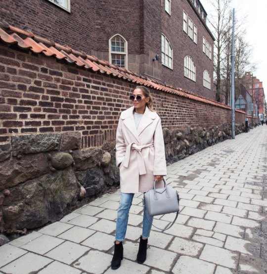 Wear the robe coat trend with skinny cropped jeans and ankle boots to steal Kenza Zouiten's classy and sophisticated style, and throw on a pair of cool shades to get that extra edge! Jeans: Zara, Coat: Designers Remix, Shoes: Jennie-Ellen, Bag: Givenchy.