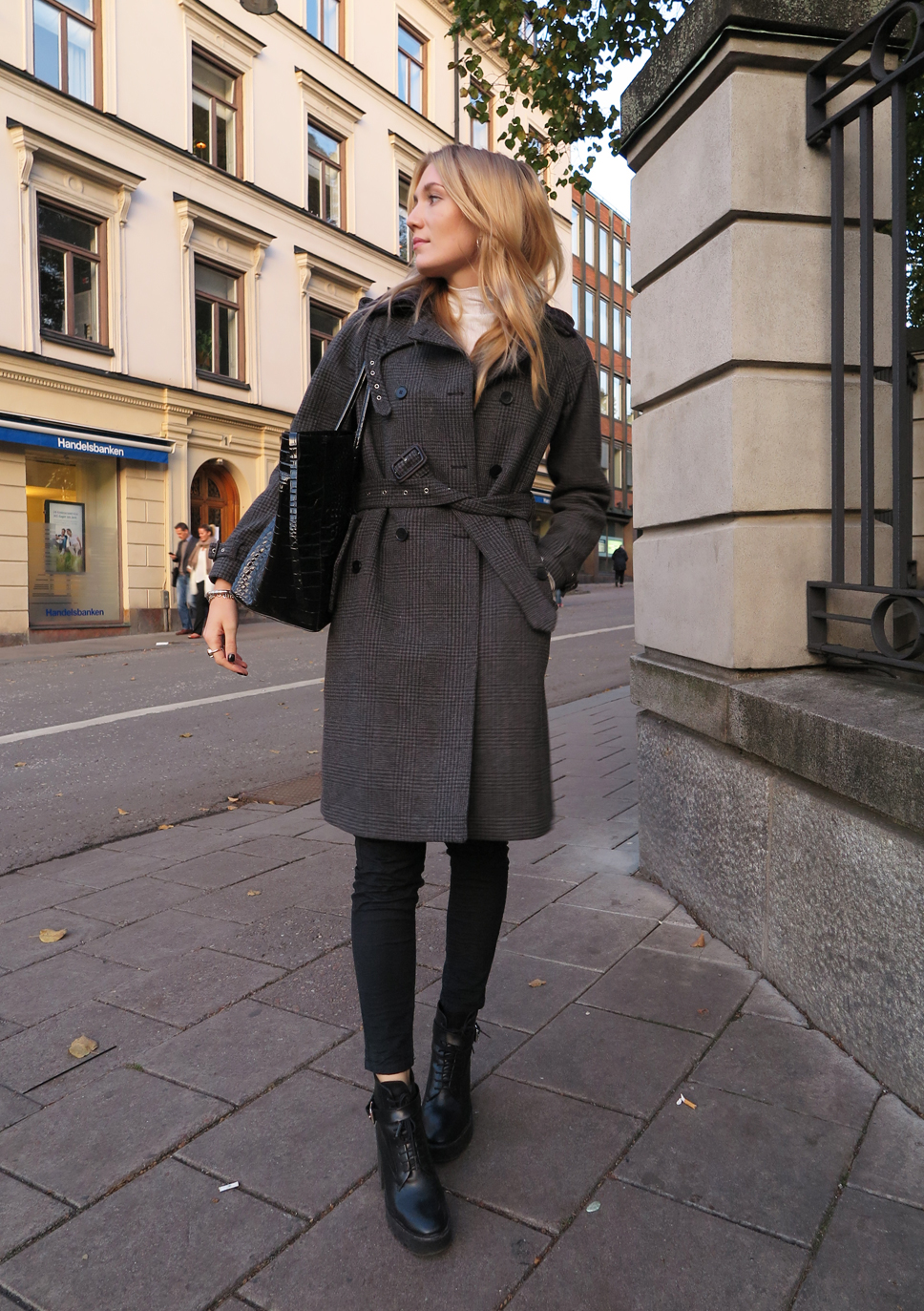 Josefin Dahlberg is wearing a coat with belt from Gant, bag from & other stories and the boots are from Zara