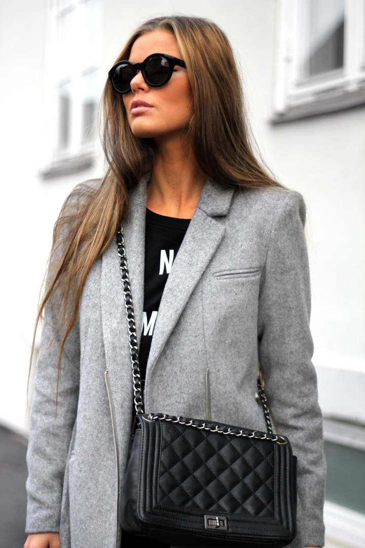 Frida Grahn is wearing a black Lully sweater from Gina Tricot, grey wool/cashmere coat from Ellos and a bag a from Chanel