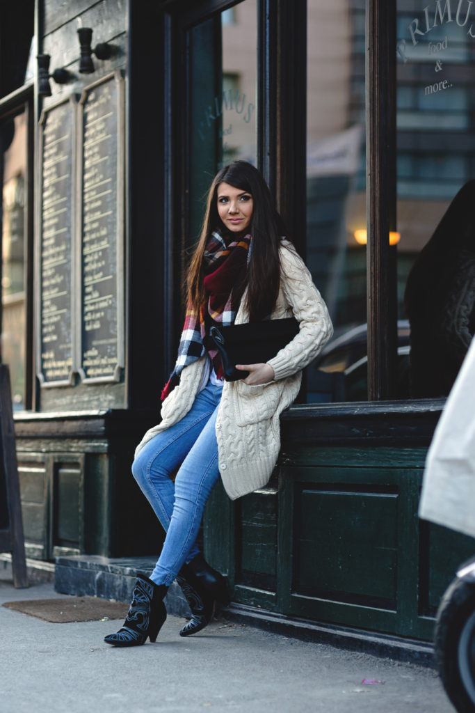 Larisa Costea is wearing a beige cardigan from Larmoni