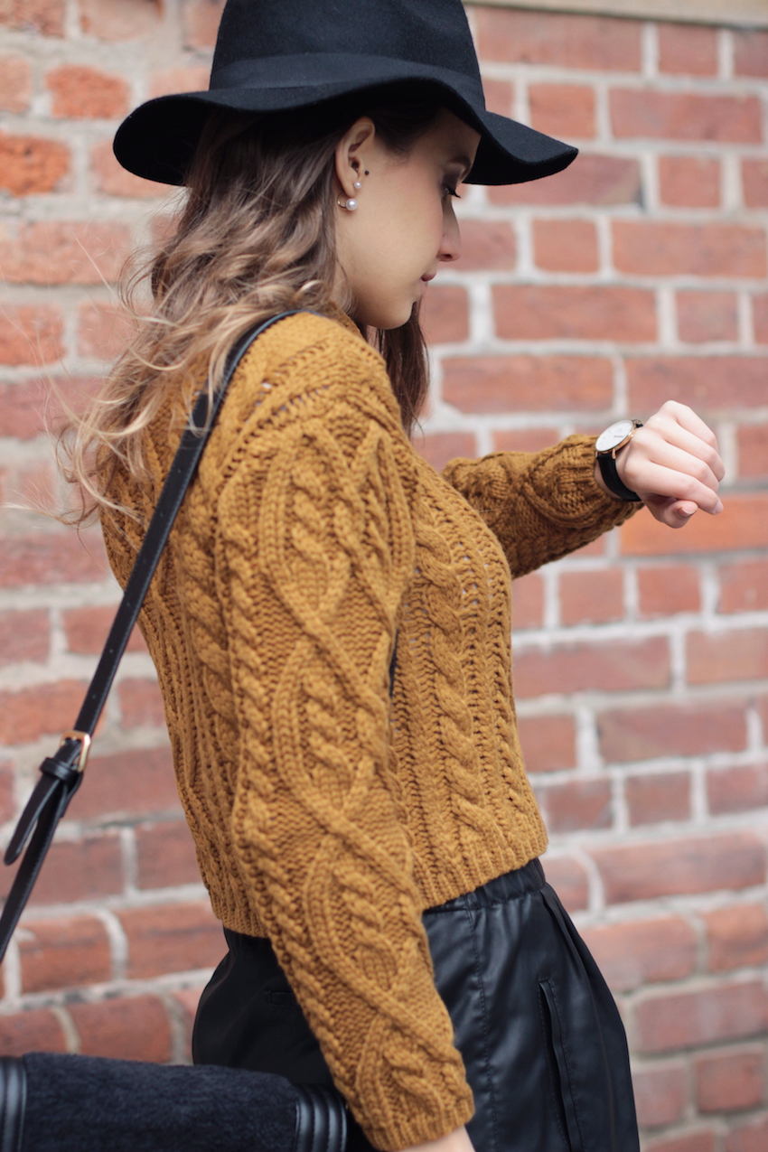 Mustard Sweater Outfit: Ivana Julián is wearing mustard braided sweater from Mango