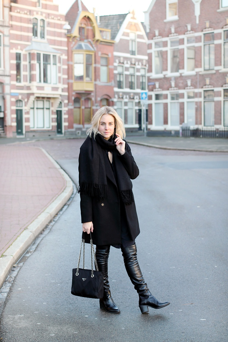 Lian Galliard is wearing black flat over the knee boots from Zara