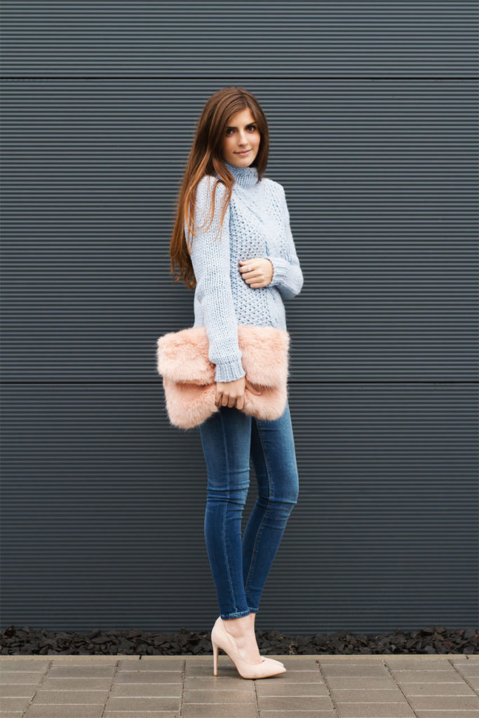 Pastel Outfit Ideas: Valerie Husemann is wearing powder blue sweater from Hallhuber, jeans from Aso, bag from River Island and the shoes are from Topshop