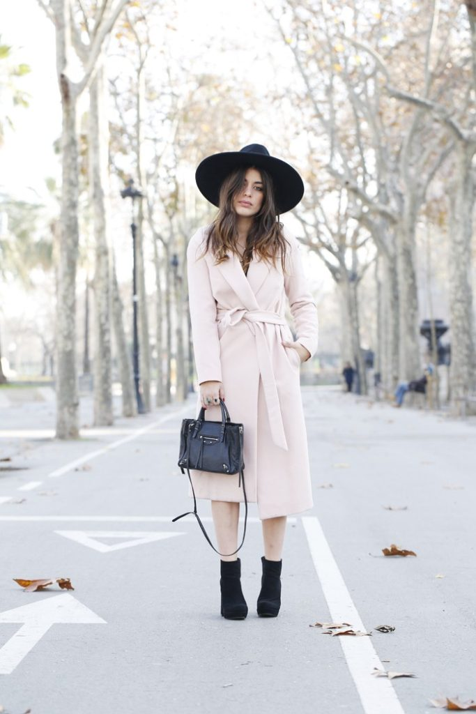 Pastel Outfit Trend: Aida Domenech is wearing a light pink robe coat from Gat Rimon