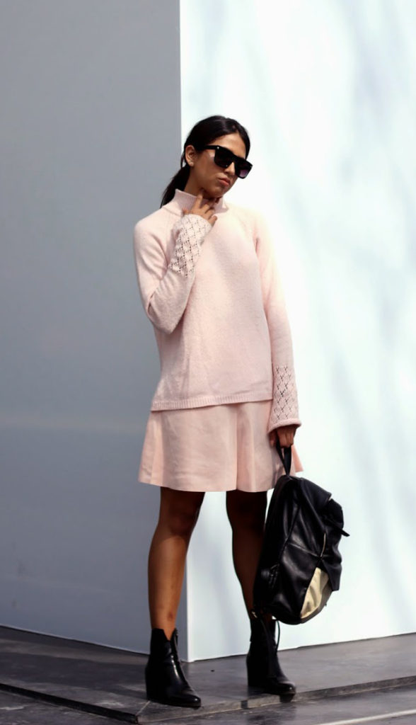 Génesis Serapioi is wearing a pastel pink sweater from Thrifted, skirt from Oasap, boots from Zara and the awesome backpack is from Mochila